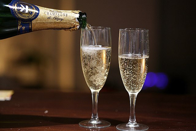 640px-Pouring_champagne